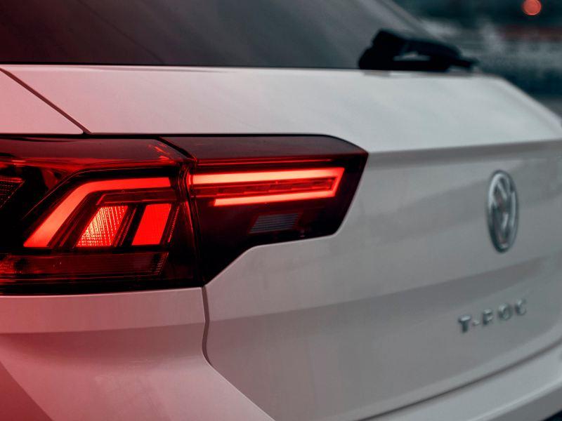 T-Roc Sport Heck mit dunkelroten Rückleuchten in LED-Technik