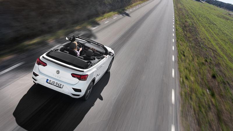 Volkswagen T-Roc Cab kör på en väg