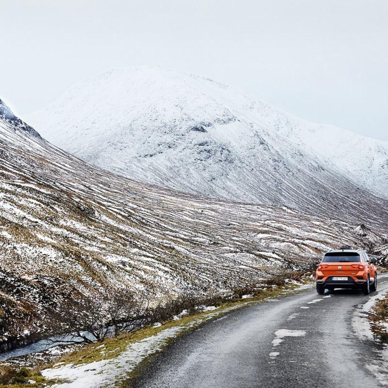 VW vor Bergpanorama