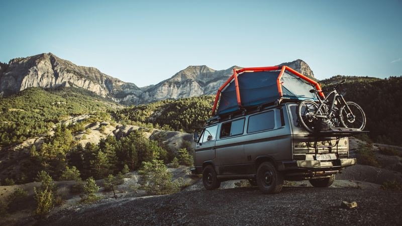 The T3 with roof tent in front of mountain panorama