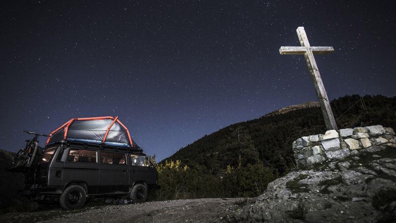 Der T3 bei Nacht mit Dachzelt