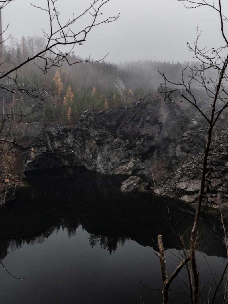 Gruvhålen i Stråssa är sedan länge vattenfyllda, och ordenligt instängslade för att ingen ska råka ramla ner.