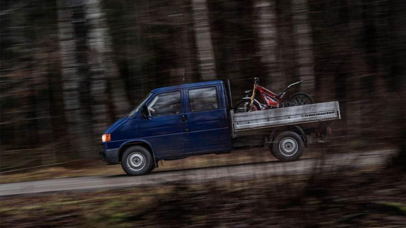 MED LEKSAKER PÅ FLAKET blir det roligare att äventyra. Den fyrhjulsdrivna Transporter dubbelhytten från 1996 har tidigare tjänstgjort inom militären och trots sin ålder inte rullat mer än 9 900 mil.