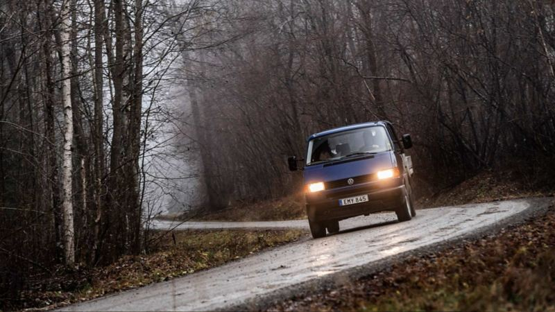 Blå VW Transporter pickup på väg mot Bergslagen