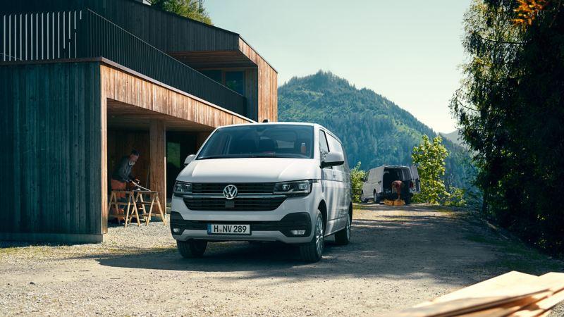 Volkswagen Transporter parkert utenfor en garasje sett forfra