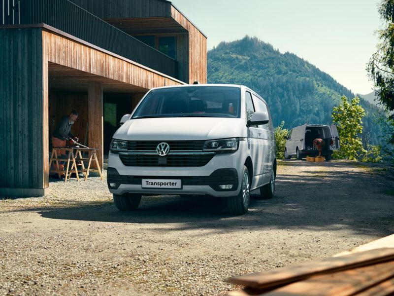 vw Volkswagen Transporter 6.1 varebil kassebil firmabil arbeidsbil budbil snekker håndverker smarthus vedlikeholdsfritt veggpanel skog natur norge
