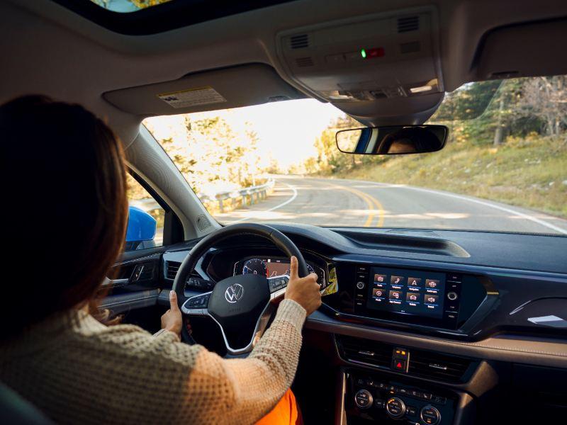 Intérieur d'un Taos de Volkswagen du point de vue du conducteur.