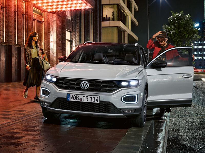 Coppia sale a bordo di VW T-Roc