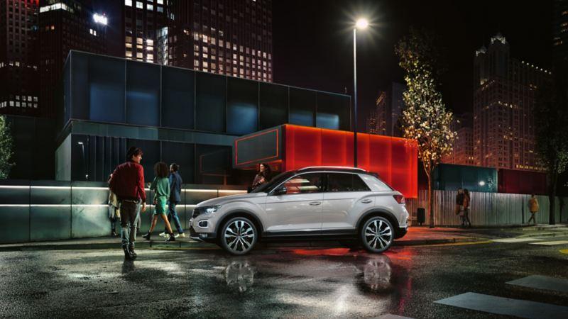 Volkswagen T-Roc SUV om natten