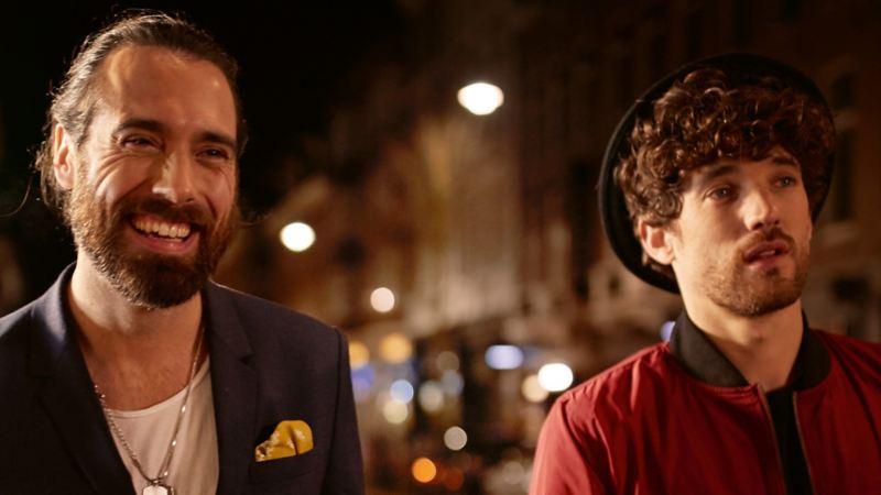 Zwei Männer lachen