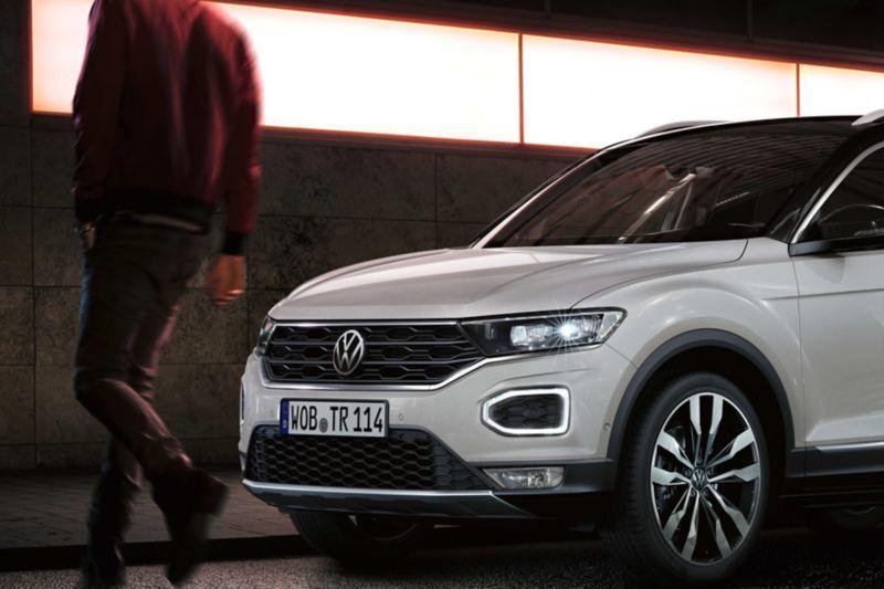 Un pedone attraversa la strada davanti a una Volkswagen