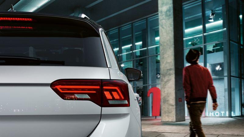 Arrière du T-Roc Sport avec feux arrière LED rouge foncé.