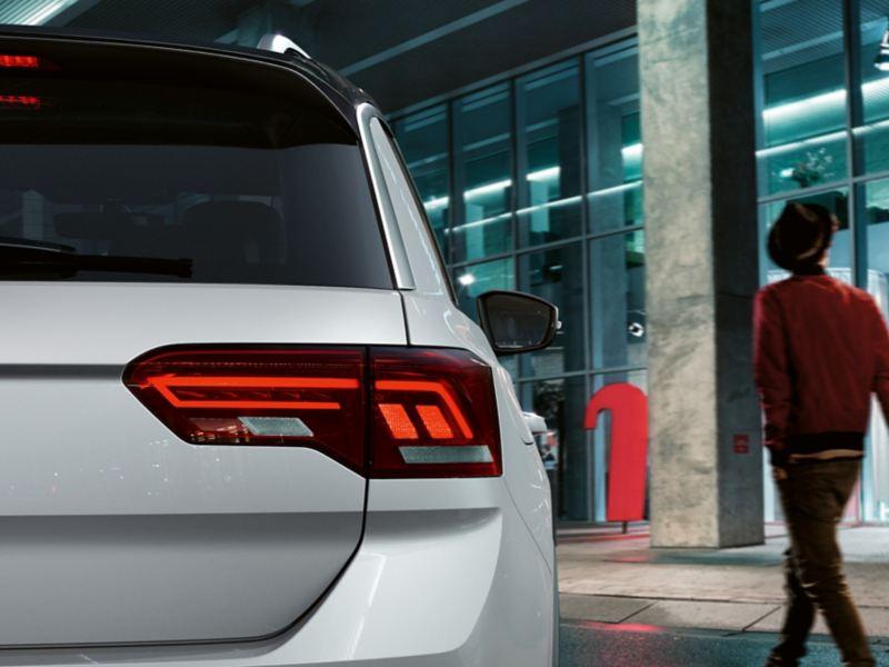 Όψη πίσω άκρου Volkswagen T-Roc Sport με σκούρα κόκκινα πίσω φώτα σε τεχνολογία LED