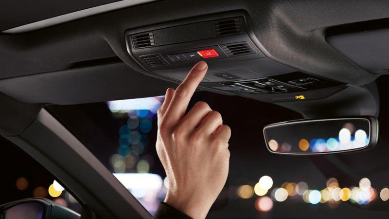 Visualizzazione dello specchietto retrovisore interno con funzione antiabbagliamento automatica nell'abitacolo di VW T-Roc
