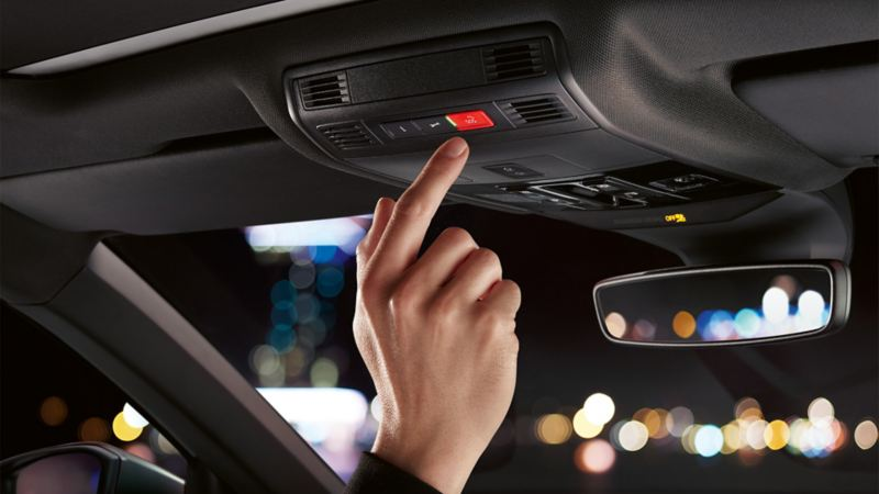 Darstellung des automatisch abblendenden Innenspiegels im Innenraum des VW T-Roc