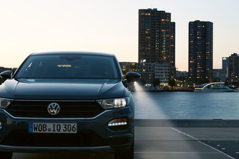 Vista frontale di Volkswagen T-Roc al crepuscolo