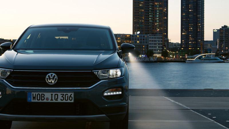 Frontansicht des VW T-Rocs bei Dämmerung