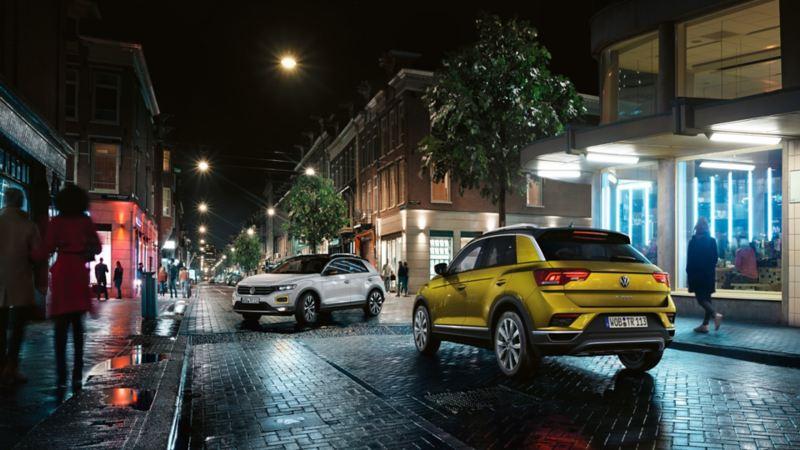 Zwei VW T-Roc stehen auf einer Straße
