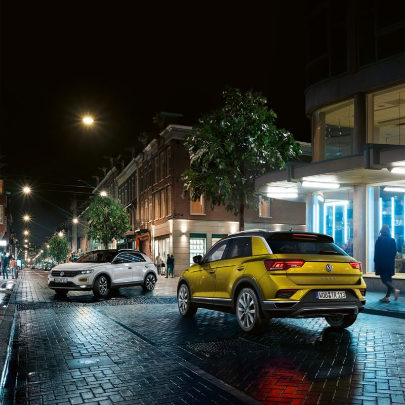 Zwei Fahrzeuge stehen sich gegenüber – Jahreswagen-Angebote