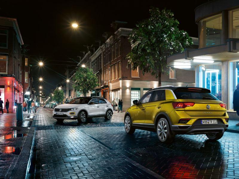 Kaksi Volkswagen T-Roc autoa kuvattuna öisellä kadulla.