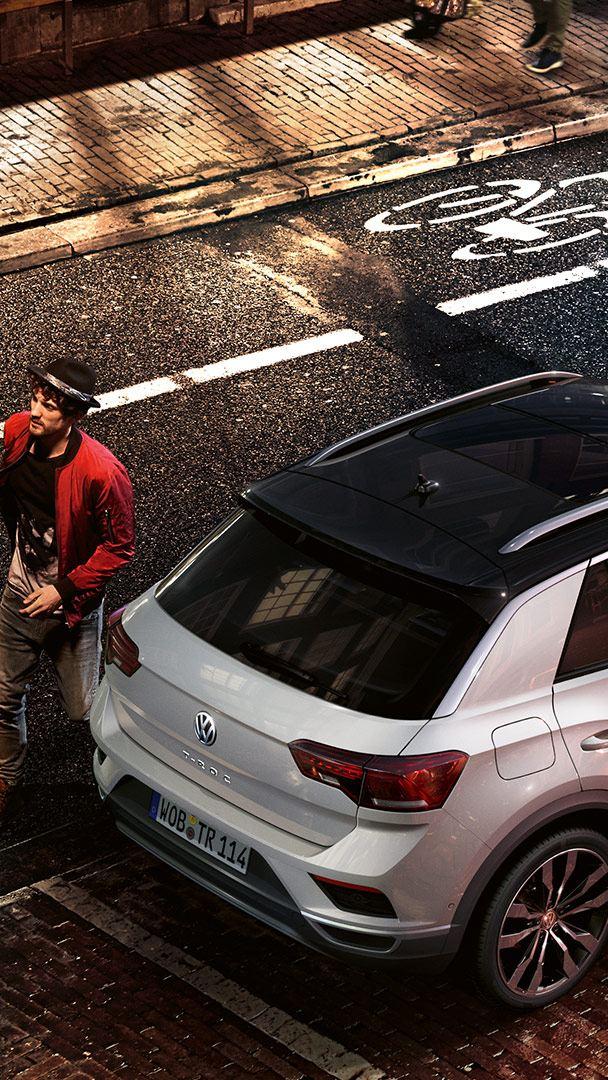 Mann wartet vor Fahrzeug - Volkswagen Leasing