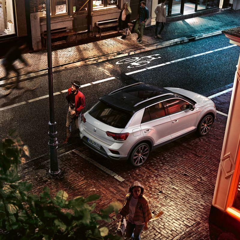 Modello Volkswagen T-Roc Sport parcheggiato di fronte ad un bar