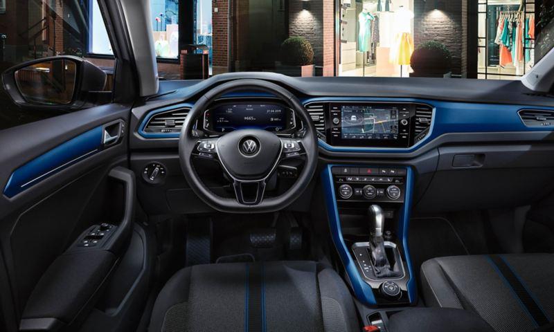 VW T-Roc Style Interieur, Cockpit mit Dash Pads in Ravennablau, Multifunktionslenkrad, Navigation und Digital Cockpit Pro im Fokus