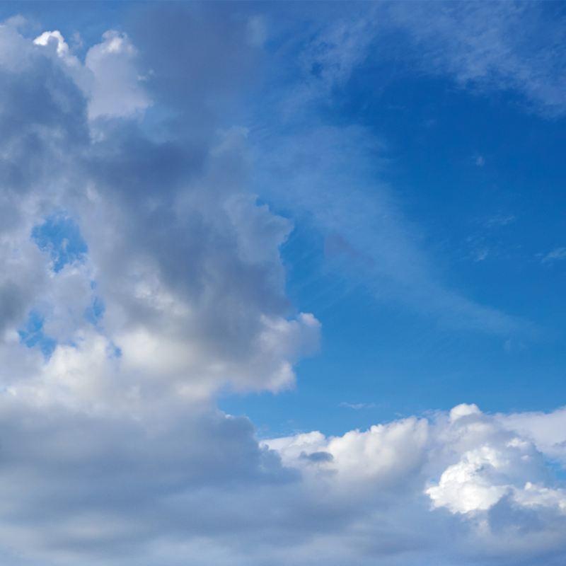 nuvole grigie su cielo azzurro