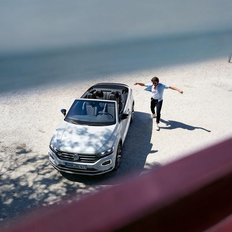 Junger Mann steht neben seinem Auto– Jungfahrer-Schutz