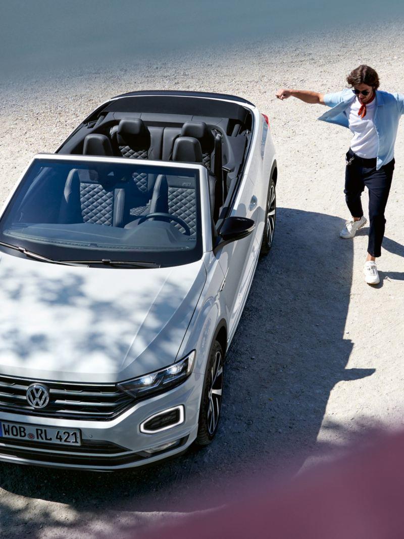 Mann tanzt neben VW T-Roc Cabriolet
