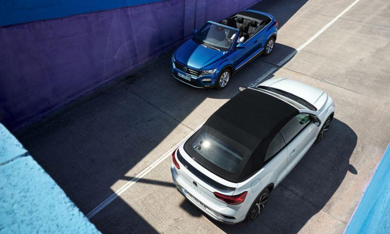 VW T-Roc Cabrio blu e VW T-Roc Cabrio bianca su strada