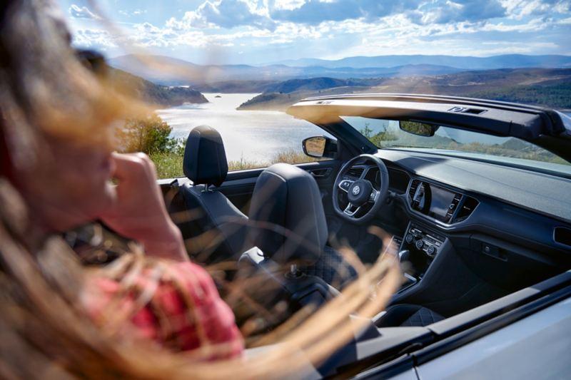 Blick von außen auf das Cockpit von VW T-Roc Cabriolet