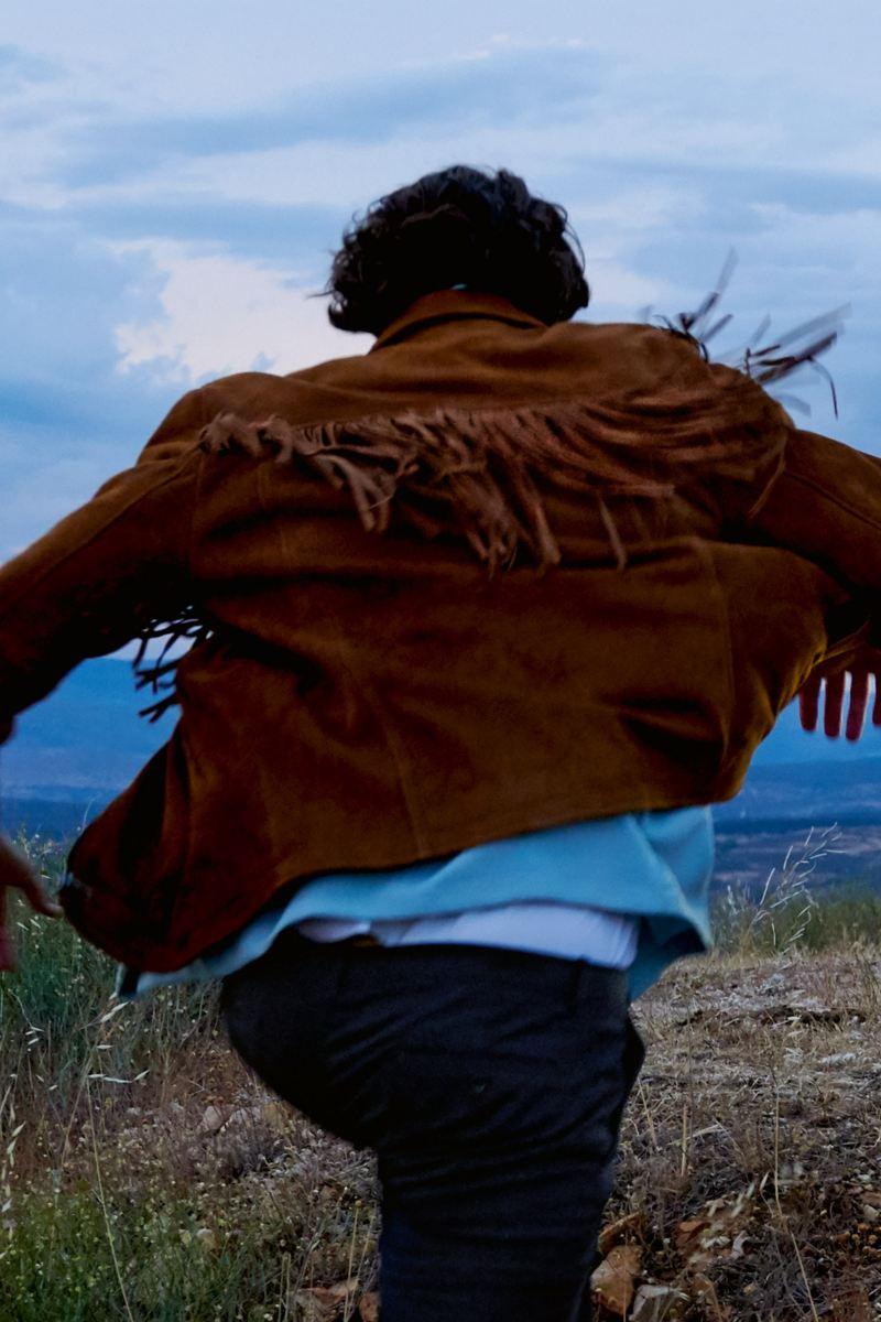 Mann läuft auf Hügel