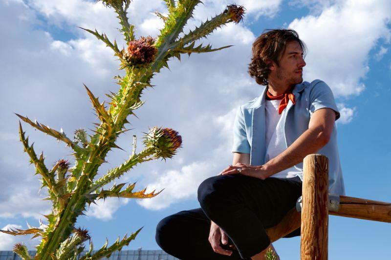 Mann sitz auf Zaun