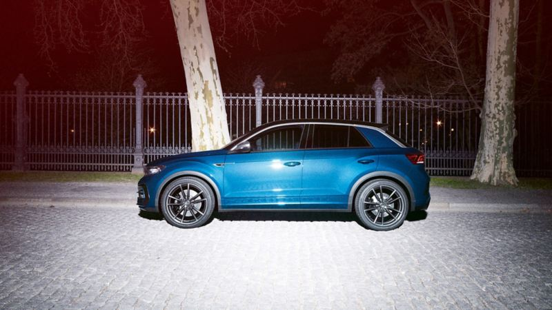 VW T-Roc R parkuje na ulicy, widok z boku