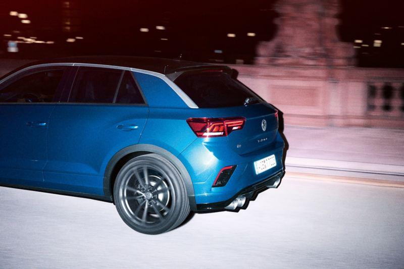 VW T-Roc R jedzie ulicą, widok z tyłu