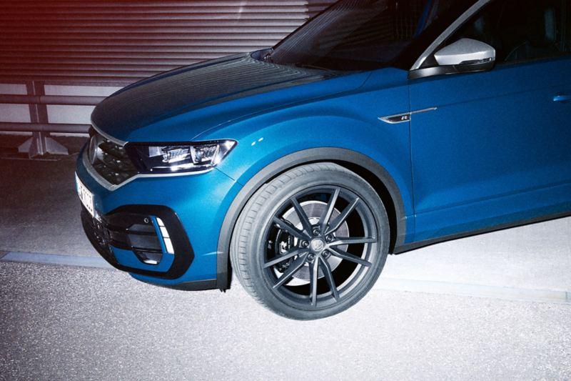 VW T-Roc R ukośnie od przodu, fokus na koło