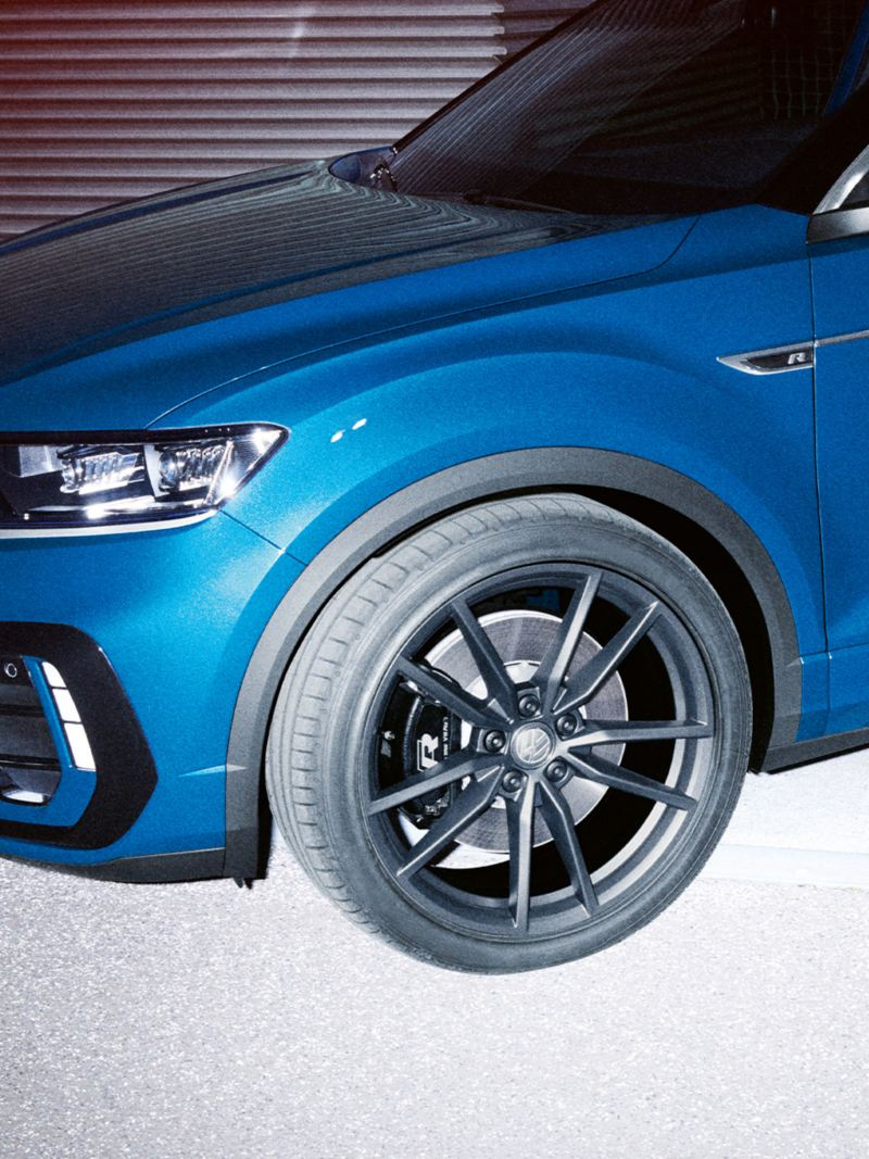 VW T-Roc R diagonal from front, focus on wheel