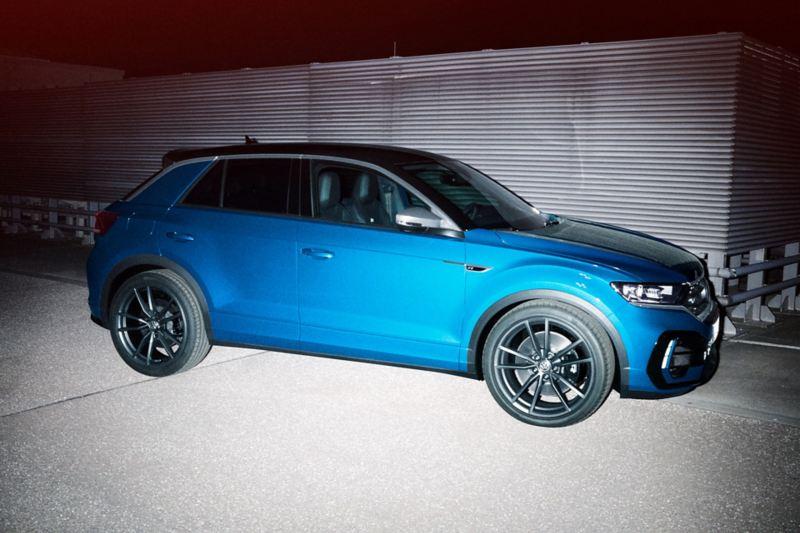 VW T-Roc R stoi na drodze, widok z boku
