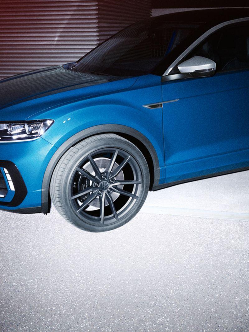 Volkswagen T-Roc R, vista frontale in diagonale con la ruota in primo piano