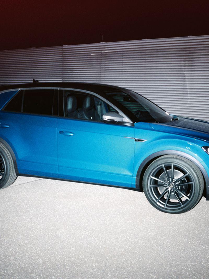 Volkswagen T-Roc R in sosta su una strada, vista laterale