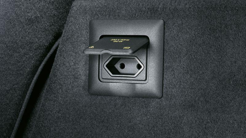 Gniazda 12V w konsoli środkowej, tylnej części kabiny i w bagażniku umożliwiają podłączenie urządzeń mobilnych. Dla wielu modeli dostępne jest gniazdo 230V.z