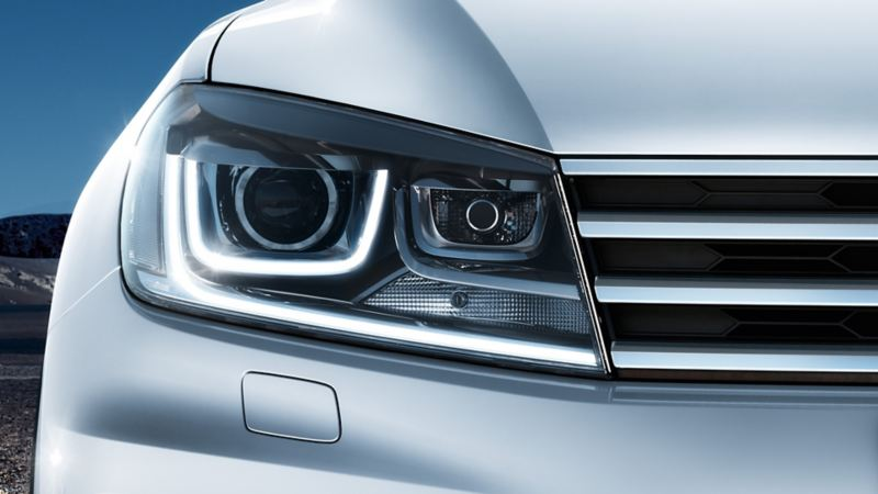 Front view of the Volkswagen Touareg at night, bi-xenon headlight detail