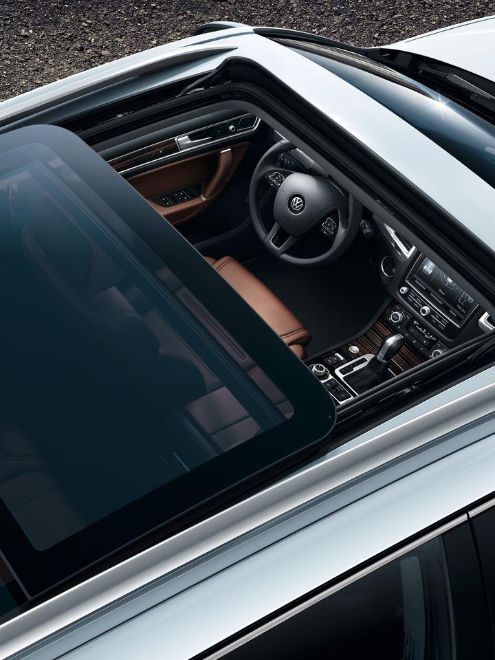 Vue d'en haut sur la VW Touareg Legend avec toit ouvrant, coulissant et panoramique.