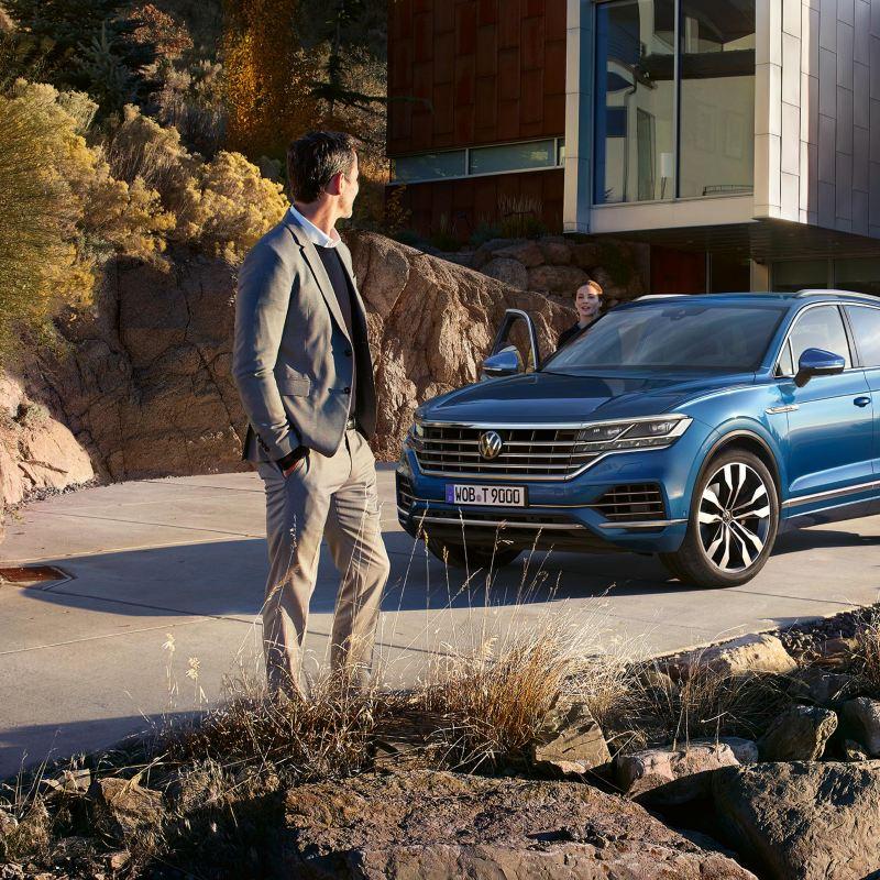 conversazione uomo donna auto parcheggiata davanti casa