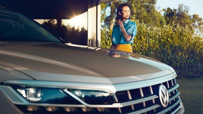 Kvinne står bak Volkswagen VW Touareg