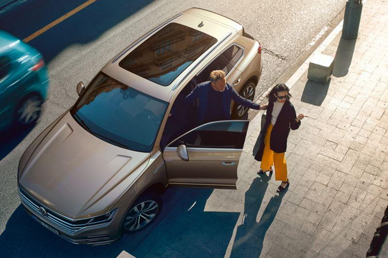 Vue d'en haut sur la VW Touareg avec toit ouvrant, coulissant et panoramique.