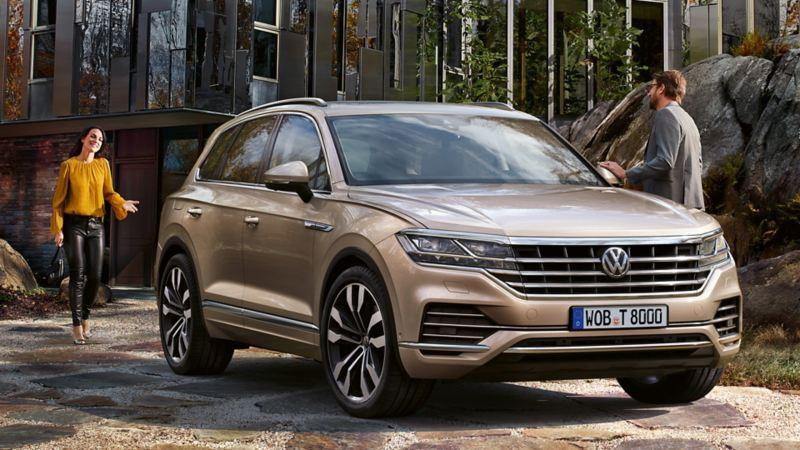 Pärchen steigt in Volkswagen Touareg
