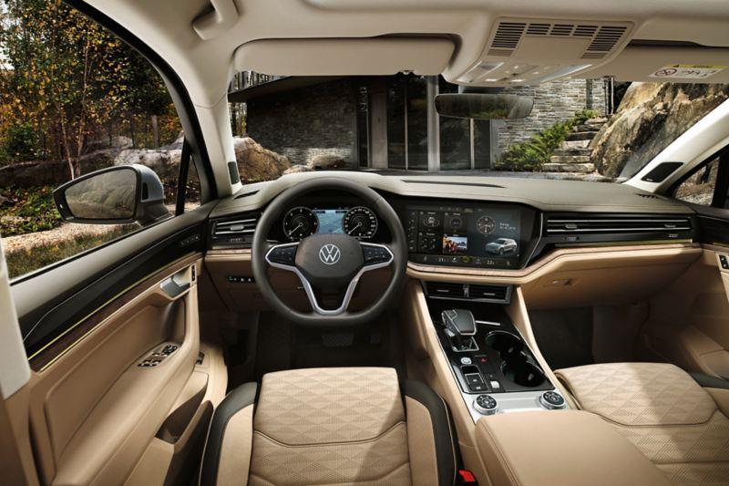 Vue du cockpit et du tableau de bord dans le VW Touareg