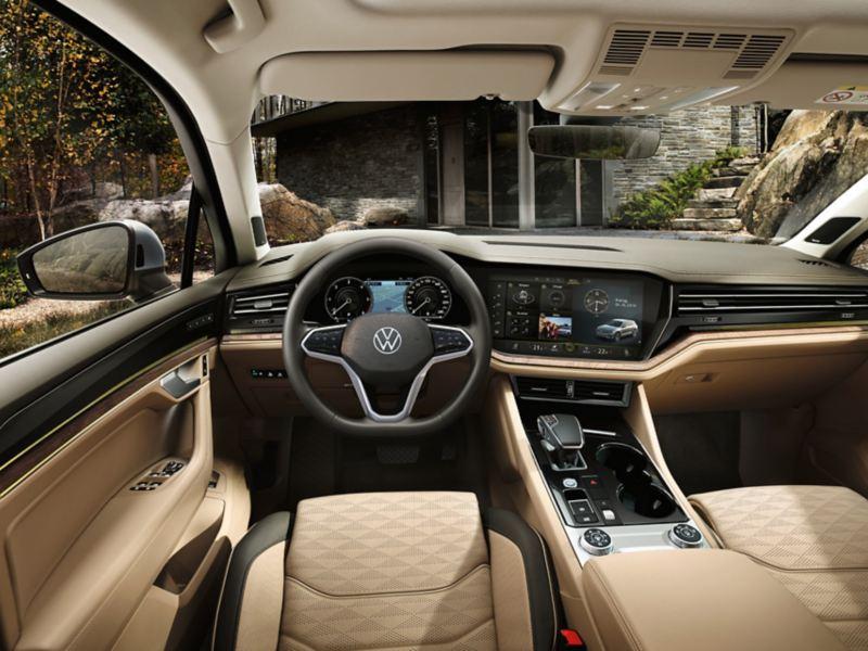 Skats uz VW Touareg vadītāja kabīni un priekšējo paneli